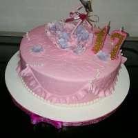 Рожевий тортик з парасолькою